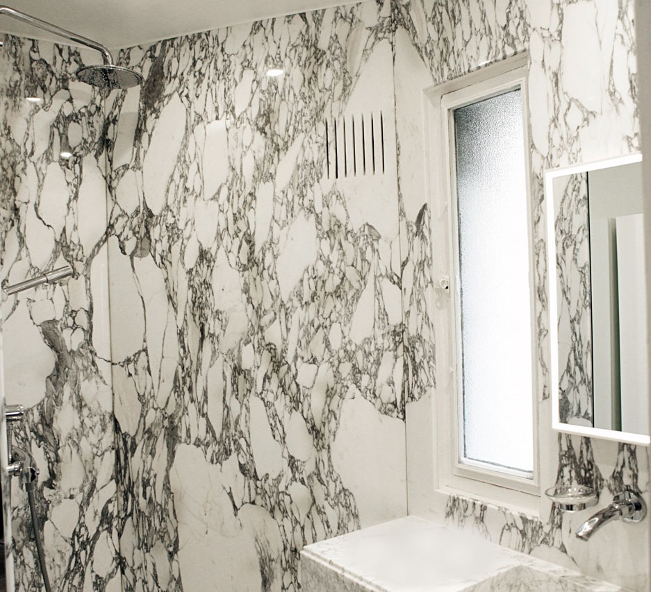 Creation of an arabescato bathroom with followed veining